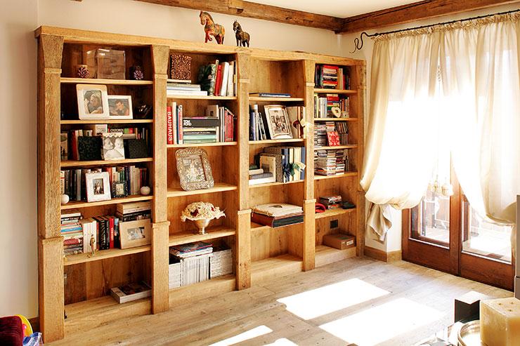 Libreria lineare in legno vecchio